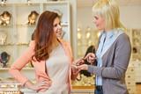 Personal Shopper berät Frau bei Juwelier