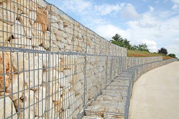 mur de soutien en pierre avec armature en grillage