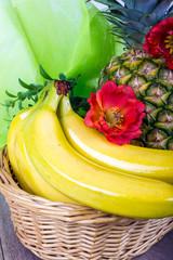 Banane angerichtet mit Ananas und Blume