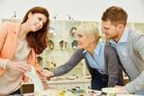Verkäufer berät Kunden beim Juwelier