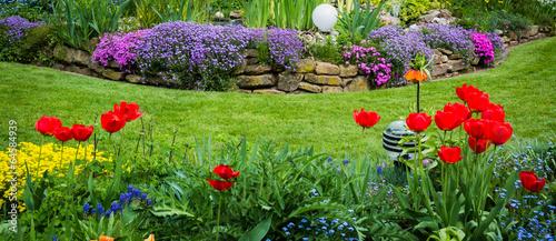 Gartenansicht mit Tulpen und Polsterphlox