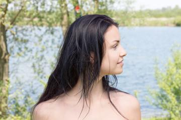 Teenager am See im Profil