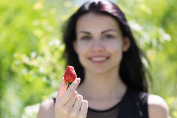 Junges huebsches Maedchen mit Erdbeere