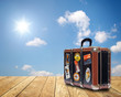 canvas print picture - Reisekoffer auf Holz vor Himmel