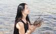 canvas print picture - Maedchen genießt Sonne am Wasser