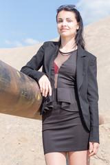 Portrait einer jungen Frau in wuestenartiger Landschaft