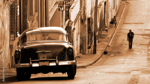 Poster Centraal-Amerika Landen A classic car in a street, Cuba