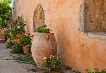 Цветы на фоне стены старого дома. Греция. Крит