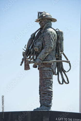 Papiers peints Statue Fireman Statue on the light blue sky background