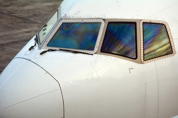 Airplane cockpit windscreen