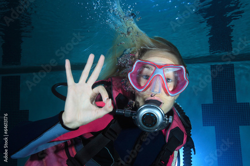 Papiers peints Plongée Female scuba diver show underwater signal