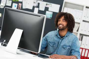 junger designer arbeitet am computer