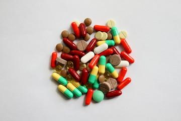 Таблетки на белом фоне