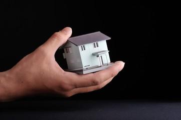 黒い背景と小さな家