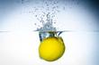 zitrusfrucht im wasser