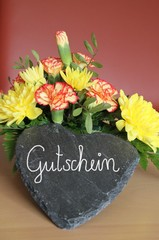 Gutschein und Blumen von Herzen verschenken
