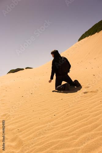 junger Mann allein auf Sanddüne