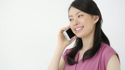 スマートフォンで会話する女性