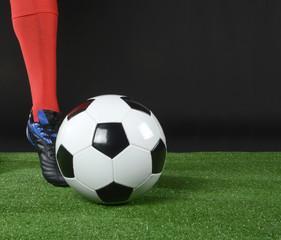 Pie golpeando al balón de futbol