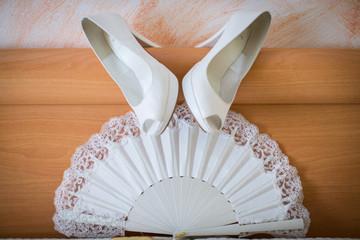 zapatos y abanico