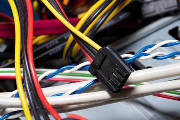 Kabel im Computergehäuse; Verbindungs und Stromkabel Nahaufnahme