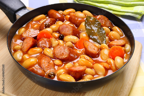 Beans with tomato sauce and sausage - 64643368