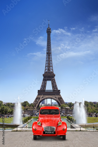Leinwanddruck Bild Voiture devant la Tour Eiffel Paris