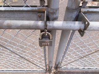 施錠された門