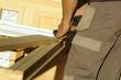 menuisier au travail - préparation d'huisserie