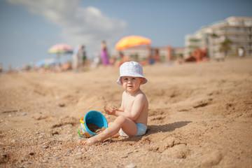 nino en la playa jugando con arena