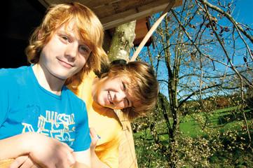 Jungen im Baumhaus