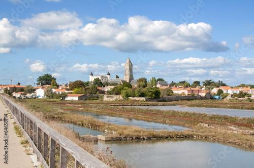 Les marais salants et la ville de Noirmoutier en île en Vendée - 64658714