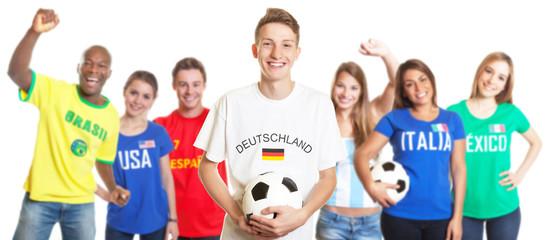 Blonder deutscher Fussball Fan mit Ball und anderen Fans