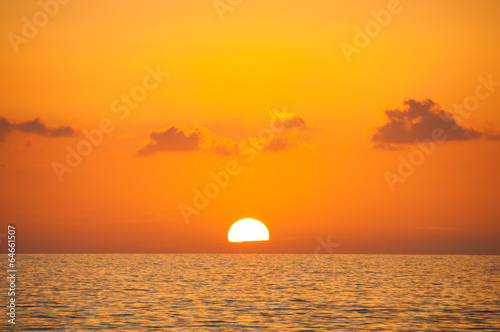 Foto op Plexiglas Oranje eclat Fabulous sunset on a background of sky and sea.