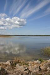 Piękne niebo nad jeziorem