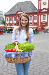 Frau kommt vom Wochenmarkt