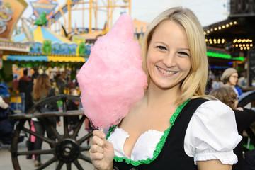 Frau im Dirndl auf Oktoberfest mit Zuckerwatte