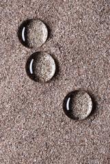 gocce di acqua sulla sabbia