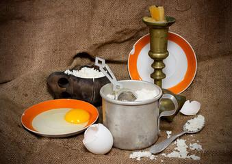 Продукты для выпечки и старая посуда