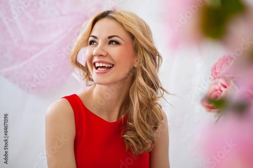 счастливая, радостная девушка - 64671396