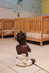 bébé dans orphelinat africain