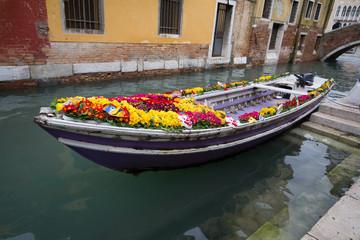 Venezia gondola e fiori