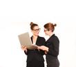 Junge hübsche Geschäftsfrau mit Laptop im Büro