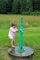spielen an der alten Pumpe