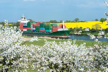Frühlingslandschaft mit Kanal und Containerschiff 1579