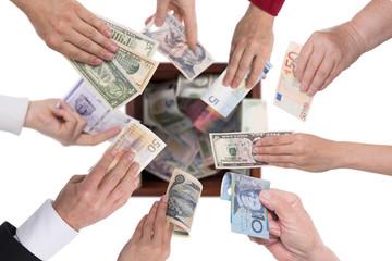 Kollage von Händen mit verschiedenen Währungen, Konzept crowdf