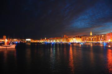 Vue nocturne du vieux port de Marseille