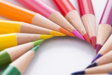 円形に並べた色鉛筆のアップ