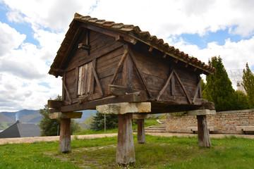 horreo tipico de madera