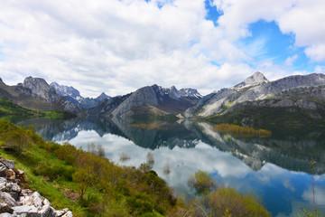 paisaje de los picos de europa, lago y montañas